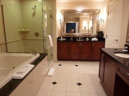 Signature at MGM Grand: Main Bathroom
