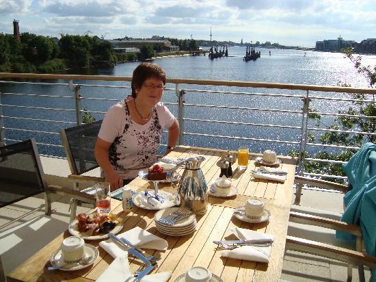 ATLANTIC Hotel Wilhelmshaven: Frühstück auf der Terasse