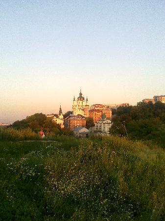 เคียฟ, ยูเครน: Vista alla chiesa St. Andrea dalla pianura