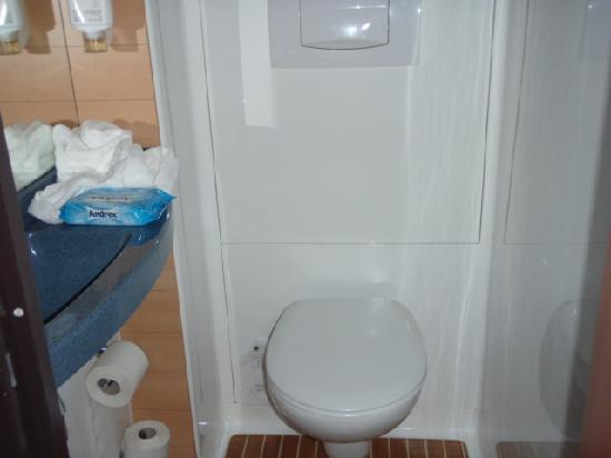 Novotel Suites Cannes Centre: Toilet - separate to bathroom