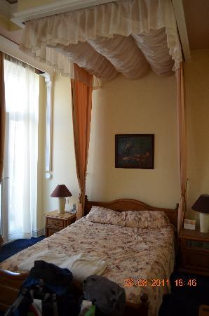 Hotel Maria Luisa : The chintzy bed!