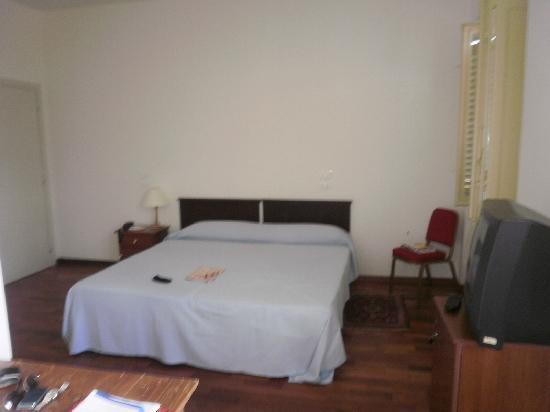 Albergo San Domenico: Una cama y una sola mesa de noche.
