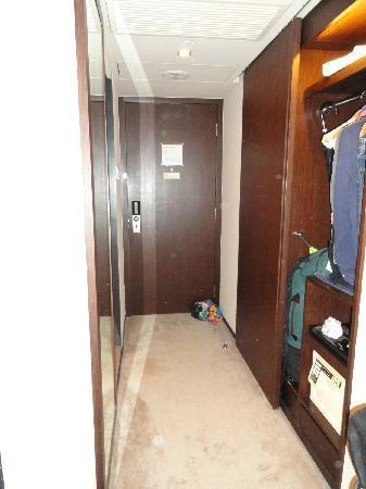 เอตัน สมาร์ท ฮ่องกง: Front door, hallway, showing clothes hanging space