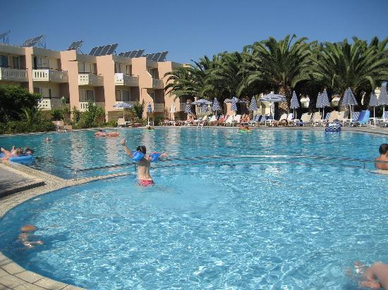 Atrion Resort Hotel: Här ser man från poolbaren sett nermot enrummarna som är rakt fram. Trerummarna till höger om bi