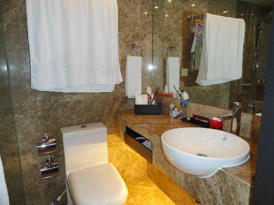 เอตัน สมาร์ท ฮ่องกง: Bathroom with hanging space for towels