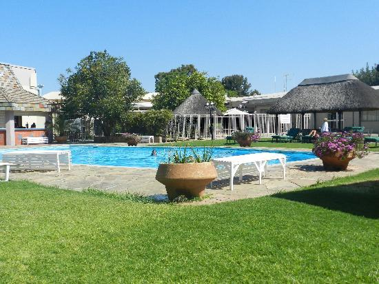 Safari Hotel: Pool and outdoor bar