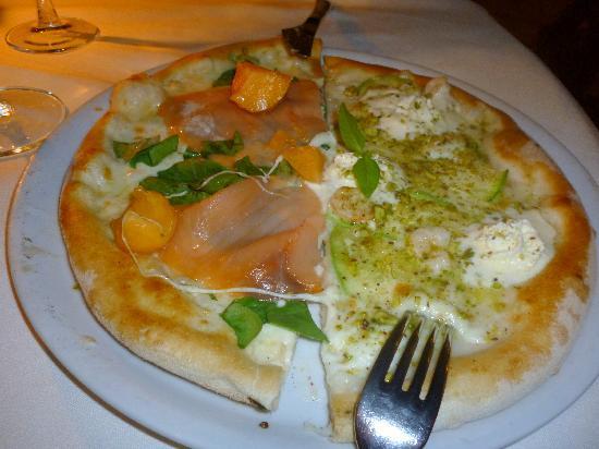 Ristorante Granduca: 1/2 pizza salmone, melone ecc + 1/2 pizze zucchine gamberetti ecc...