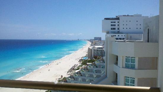 Moon Palace Cancun: Beach palace sky bay view
