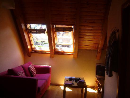 Aparthotel Nou Vielha: Vista salón desde la zona de cocina.