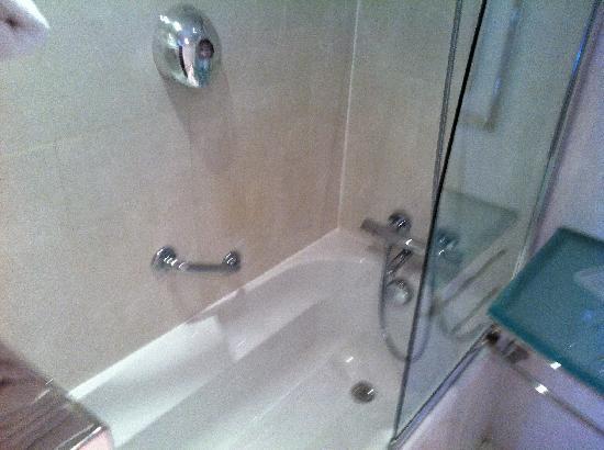 โรงแรมอาโกราแซงท์แชร์แม็ง: baño impecable