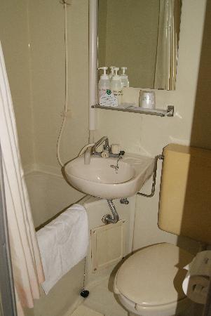โรงแรมนิว โอเรียนทัล: Self contained En suite bathroom in the single rooms at New Oriental Osaka