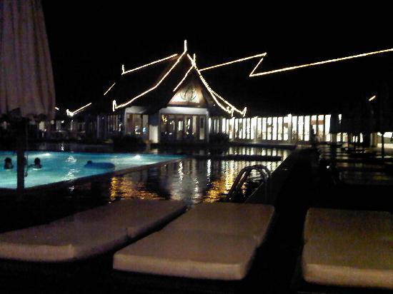 โรงแรมคลับเม็ด ภูเก็ต: Pool side at night
