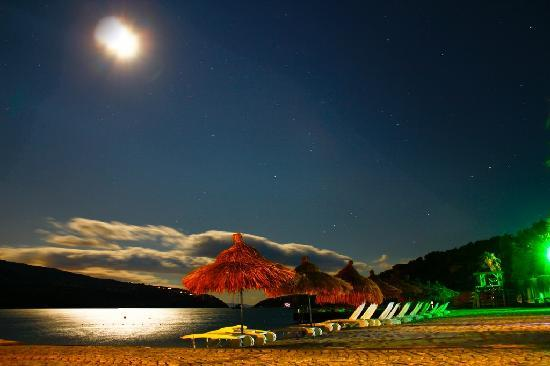 Kalem Island Oliviera Resort: Beach at Night