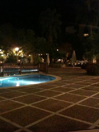 เฮช10ซาโลพริ้นซ์เซสโฮเต็ล: hotel at night
