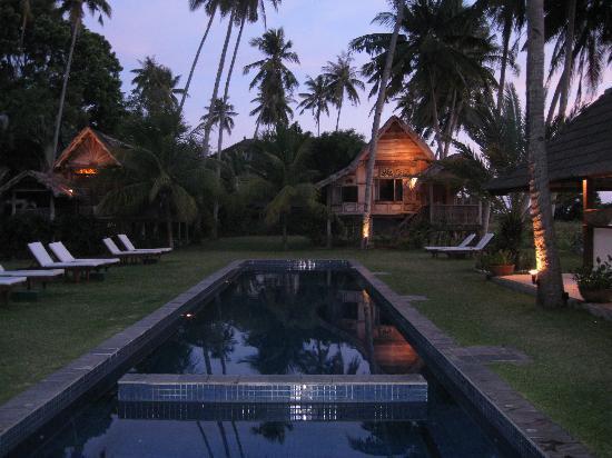 เทมเปิ้ล ทรี แอท เปนไต: The pool in the evening
