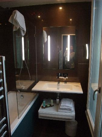 Hotel des Champs-Elysees: Bathroom