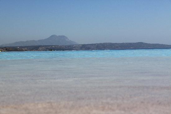 Kefalosbay Residence: Uno sguardo a pelo d'acqua dalla piscina