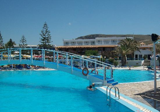 Mitsis Rinela Beach Resort & Spa: Main pool, looking towards hotel.