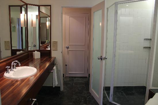 Shangri-La Hotel, The Marina, Cairns: Bathroom rm 4004