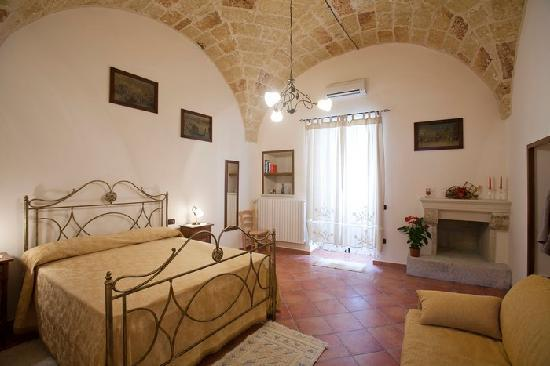 Residenze Fusaro 2: camera da letto appartamento orchidea-centro storico
