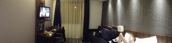 Holiday Inn Express Tamworth: Lounge area/Bedroom