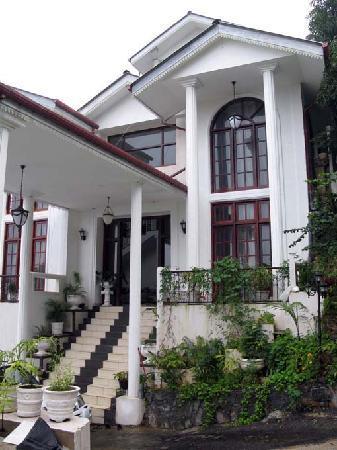 The Richmond House Kandy: 白亜のホテルは小高い丘の上・・・