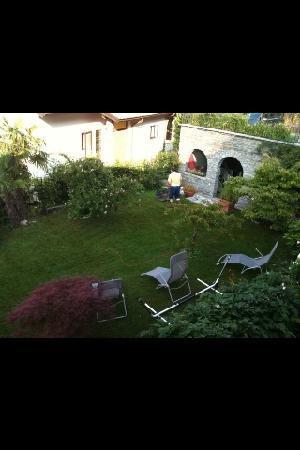 Balcone Fiorito Bed & Breakfast: Garden and breakfast area