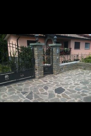 Balcone Fiorito Bed & Breakfast: Front car park