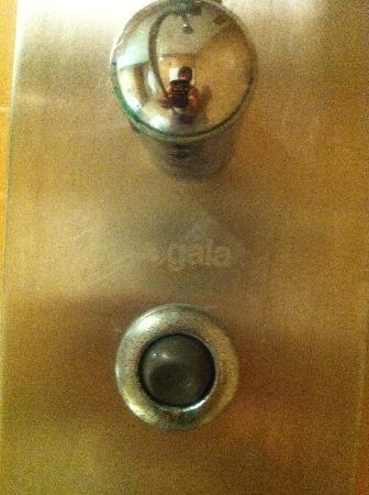 Aparthotel Ferrera Blanca: Hydro shower badly maintained with green limescale