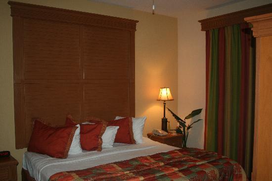 Floridays Resort: king bedroom