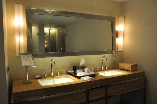 อลิลา ดิวา กัว: Diwa Wing Bathroom (View 2)