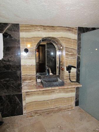 MDC Hotel: vanity in bathroom