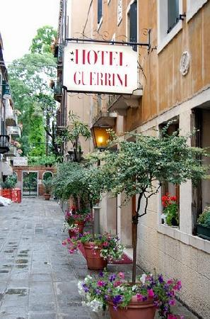 Hotel Guerrini : Entrance to the hotel