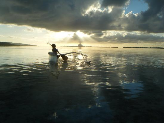 Vahine Island - Private Island Resort: pirogue et coucher de soleil