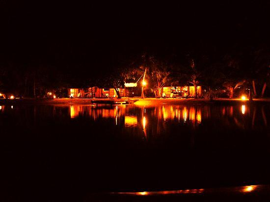 Vahine Island - Private Island Resort: le restaurant de nuit, vu du ponton