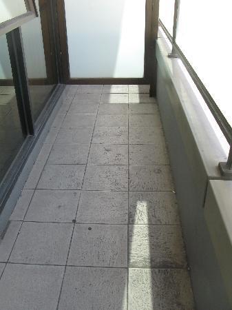 Adina Apartment Hotel Melbourne: Filthy Balcony