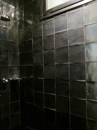 โฮเต็ล มาร์คเก็ท: Enclosed rain shower!