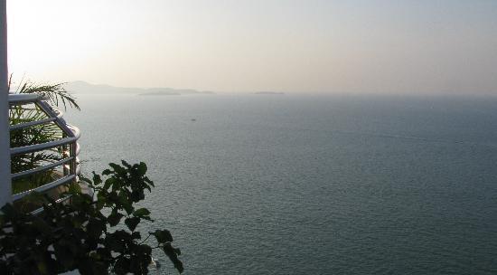 รอยัลคลิฟ แกรนด์โฮเทล แอนด์ สปา: Fantastique vue sur la baie depuis le balcon de la chambre