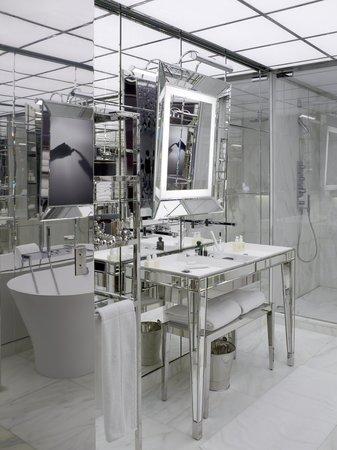 เลอรอยัลมอนซูโฮเต็ลราฟเฟิ่ลส์พารีส: Le Royal Monceau Raffles Paris -  Suite bathroom