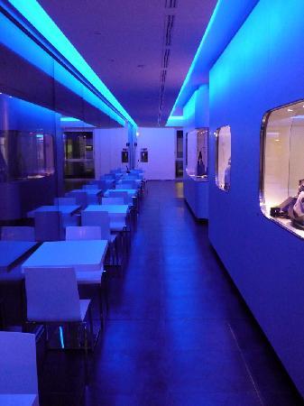 โรงแรมพอยท์อาเรสโซปาร์ค: Corridoio verso il ristorante