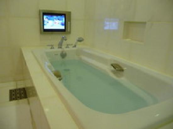 โรงแรมเชอราตันแกรนด์ โตเกียวเบย์: テレビを見ながらゆっくりバスタイム