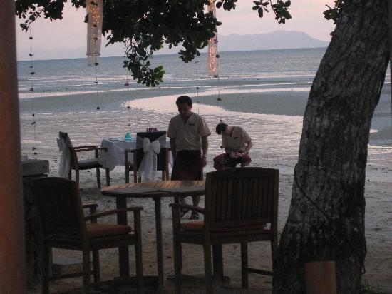 ทับแขกกระบี่บูติค รีสอร์ท: They set up a table on the beach for us