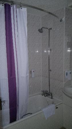 Premier Inn Hemel Hempstead West Hotel: very clean bathroom