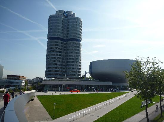 พิพิธภัณฑ์บีเอ็มดับเบิลยู: Grattacielo uffici e a destra (sembra un'insalatiera) il museo