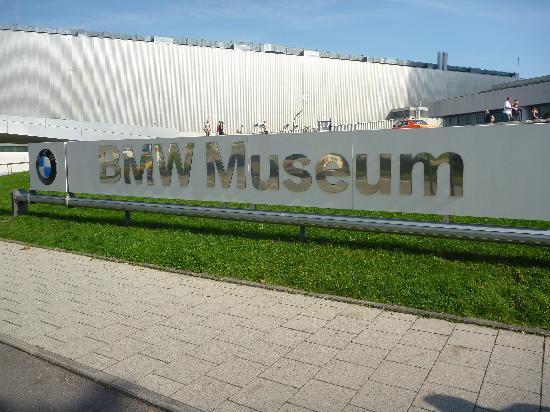 พิพิธภัณฑ์บีเอ็มดับเบิลยู: L'insegna all'ingresso