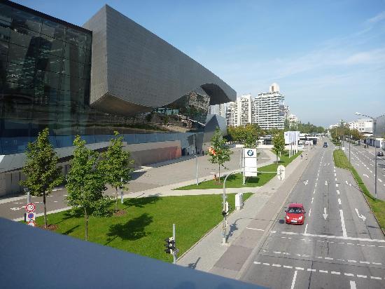 พิพิธภัณฑ์บีเอ็มดับเบิลยู: Altra vista dall'esterno