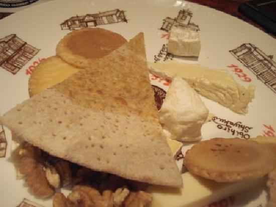 Tokachi Farmers Restaurant: チーズの盛り合わせ・・・クラッカーではなくおせんべいというところがオリジナルでしょうか