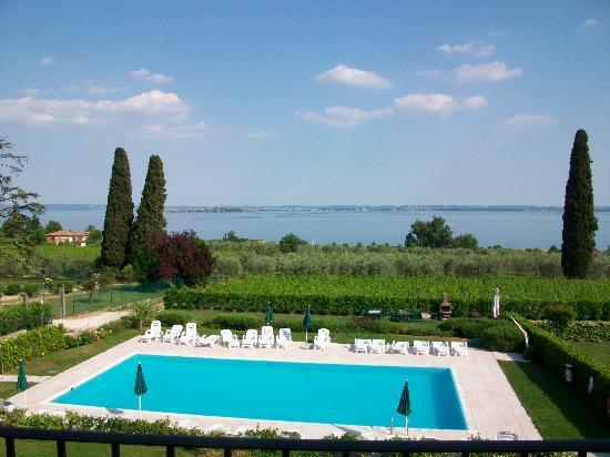 Corte Ferrari: piscine vue de notre balcon