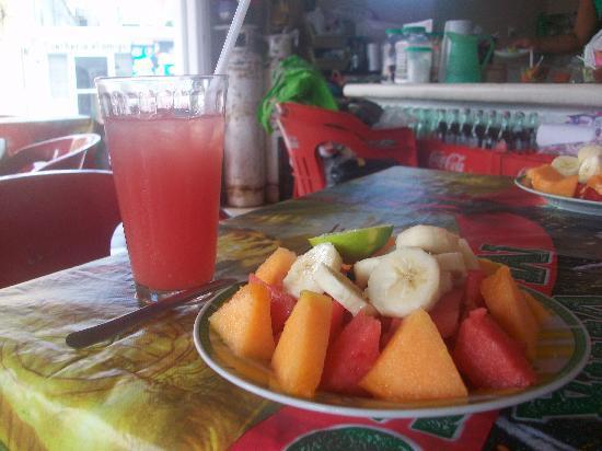 Loncheria Alexia y Geovanny: Ensalada frueto y watermelon agua
