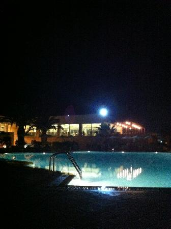 Zorbas Village and Aqua Park: La piscine la nuit